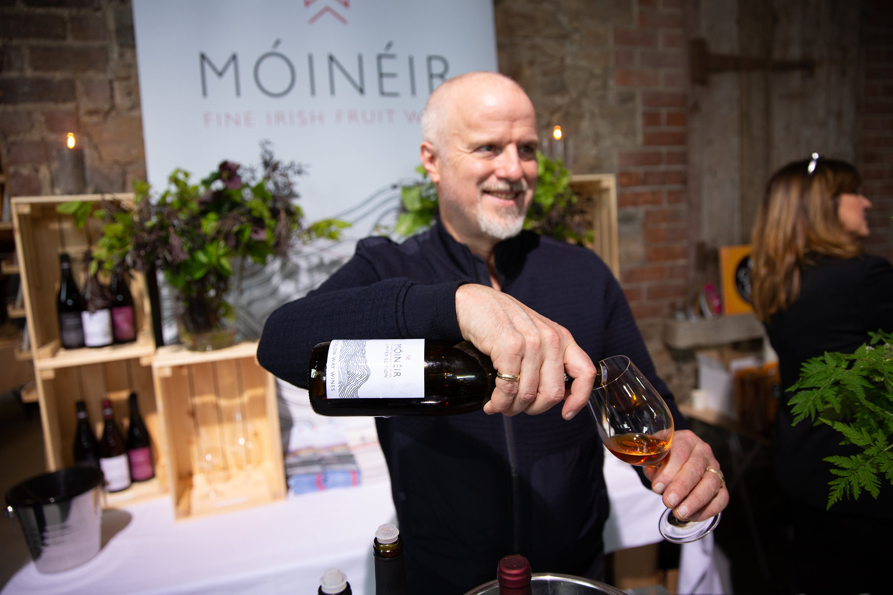 Pouring Móinéir wine for guests